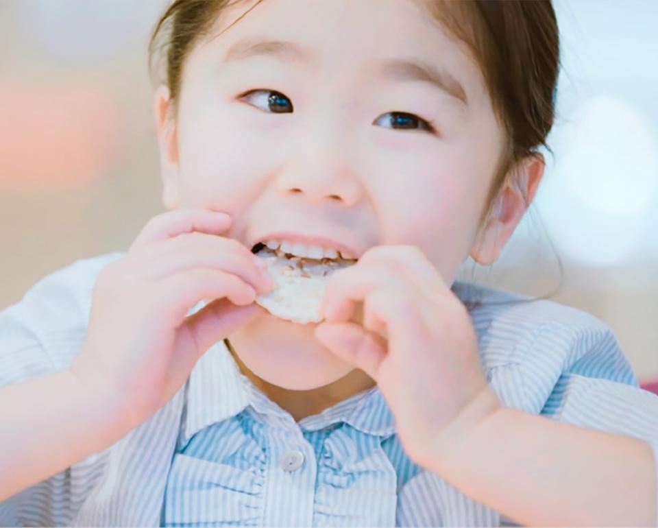 ちぼりクッキーを食べる女の子
