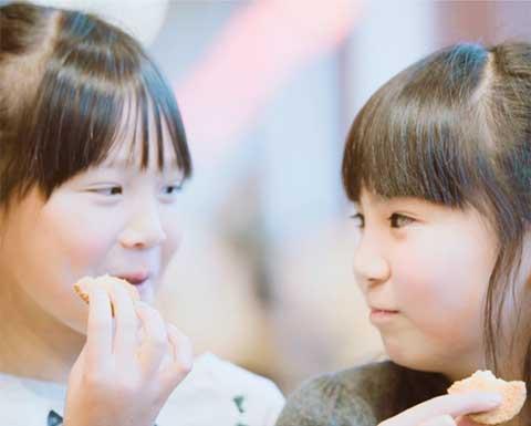 ちぼりクッキーを食べる女の子達